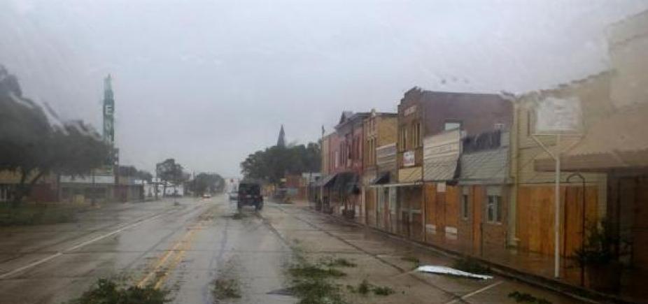 Dique se rompe no Texas e autoridades pedem que população deixe região