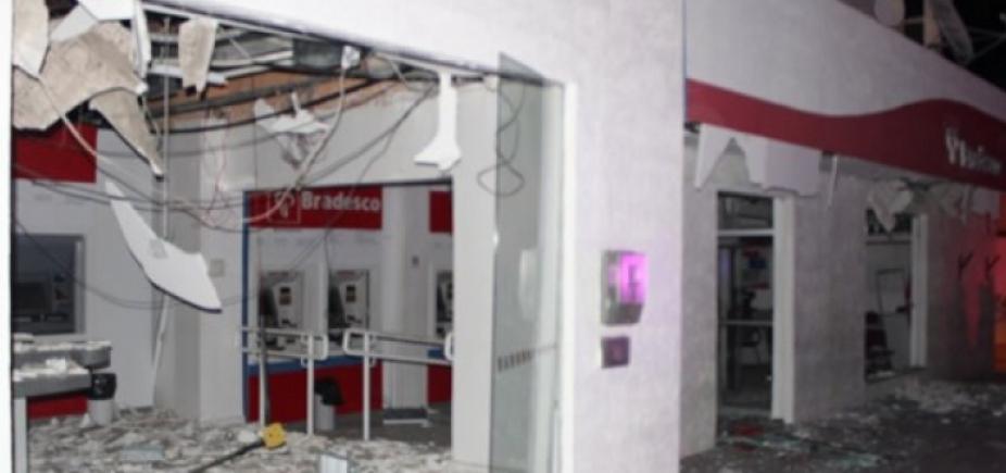Homens fortemente armados explodem caixas eletrônicos do Bradesco em Monte Santo