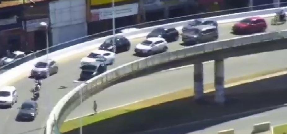 Carro quebra e gera lentidão no Viaduto Nelson Dahia e Av. Paralela; veja trânsito
