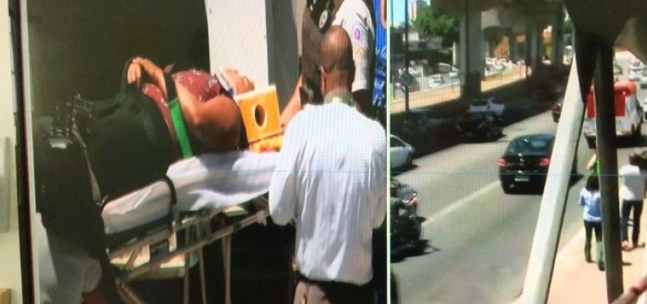 Mulher cai ao tentar subir em ônibus na Avenida Bonocô