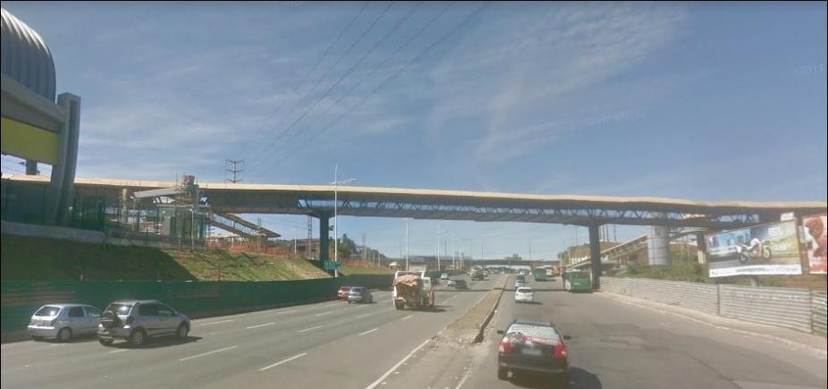 Trânsito é alterado na Av. Paralela para desmontagem de passarela em Pituaçu