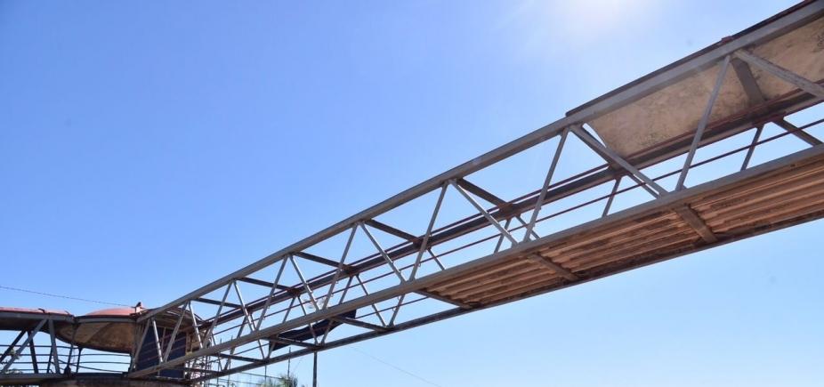 Após reparos, passarela atingida por caminhão na Av. Paralela deve ser reaberta neste sábado