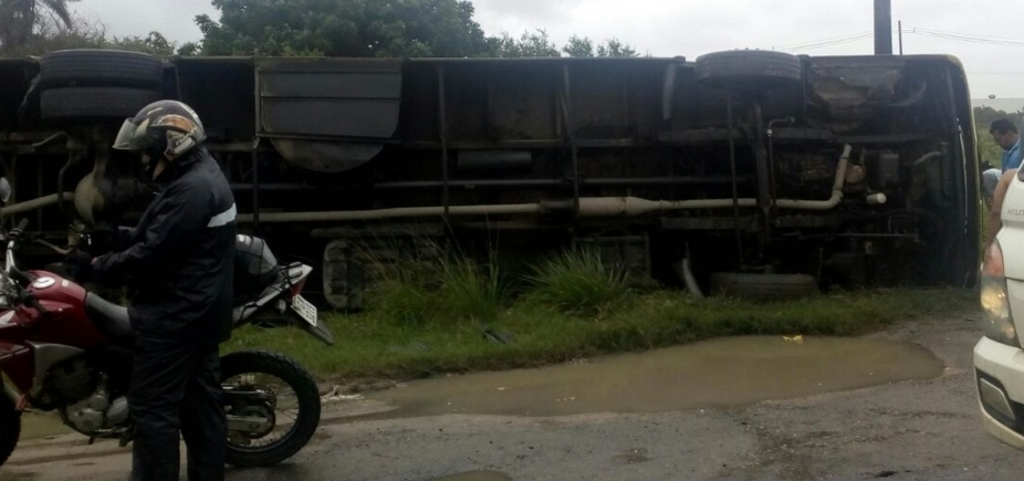 Três morrem e cerca de 20 pessoas ficam feridas após ônibus tombar no sul do estado