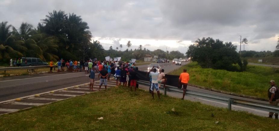 Manifestação na BA-099 deixa trânsito travado na região na manhã desta quinta-feira