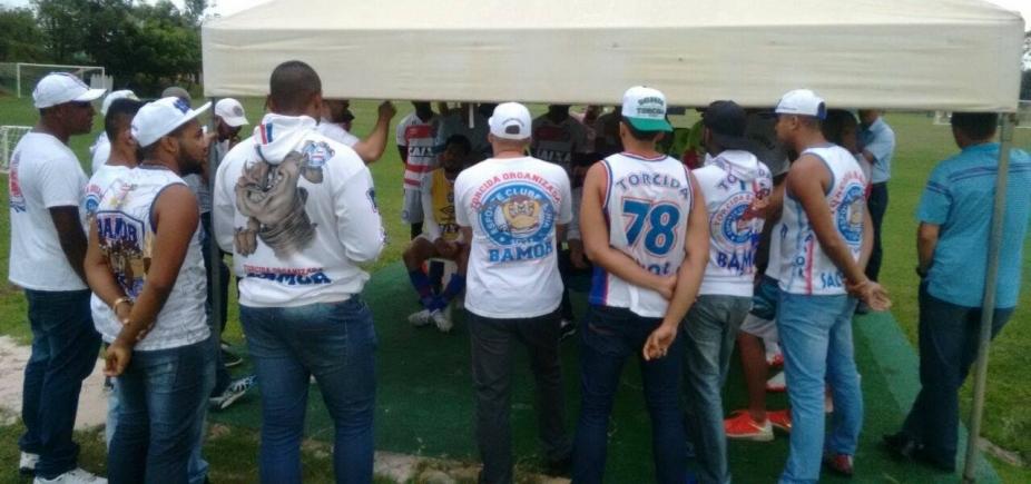 Membros de torcida organizada do Bahia se reúnem com jogadores para fazer cobranças