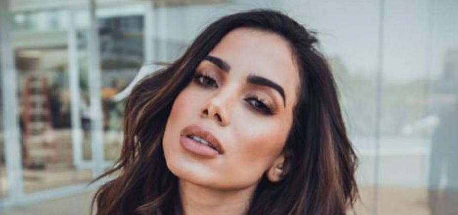 De maiô cavado, Anitta provoca na web e frase chama atenção