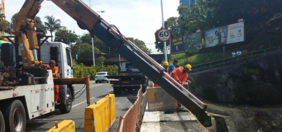 Carro bate em proteção de viaduto na Av. Bonocô; não houve feridos