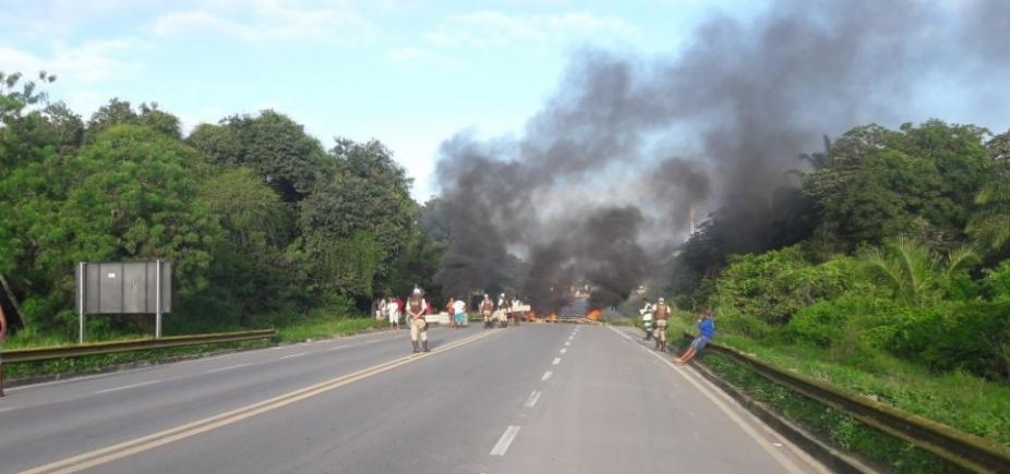 Manifestantes queimam objetos e bloqueiam BA-524 por falta de água