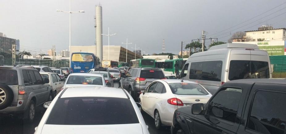 Protesto continua na BA-524; Em Salvador, engarrafamento na Paralela sentido Rodoviária