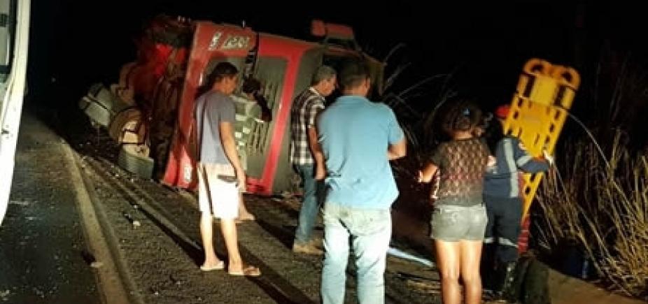 Caminhão tomba após pneu estourar na BR-020, em Luís Eduardo Magalhães