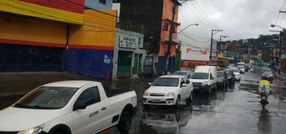 Fluxo e chuva deixam trânsito lento nas principais vias da cidade