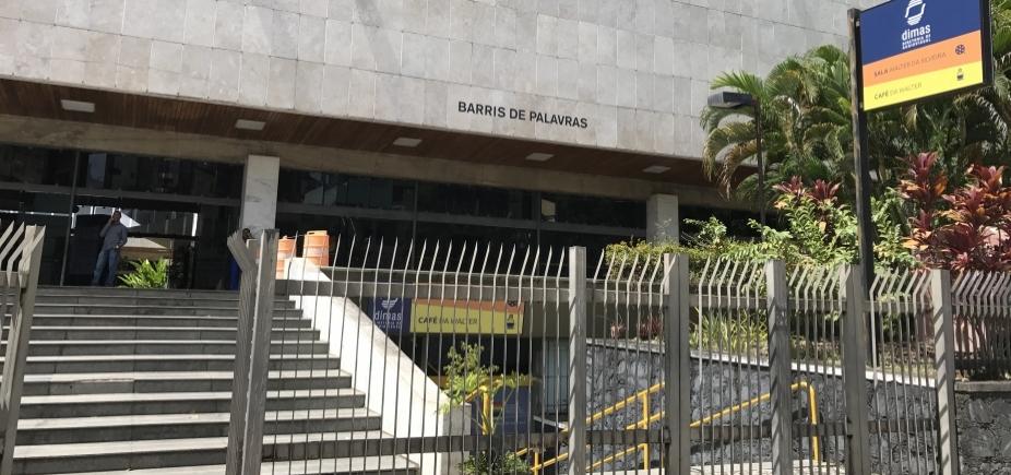 Biblioteca dos Barris tem estrutura precarizada, funcionários sem receber e desrespeito ao acervo