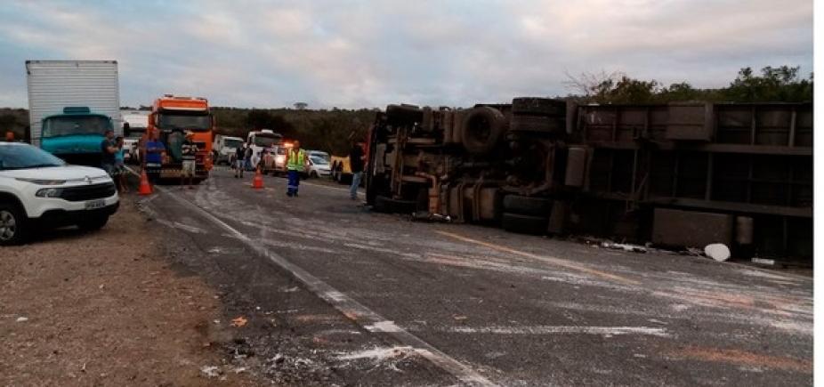 Colisão entre três carretas deixa um morto na BR-116, em Jaguaquara