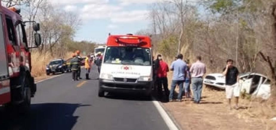 Carro capota e três pessoas ficam feridas na BR-135, em Barreiras