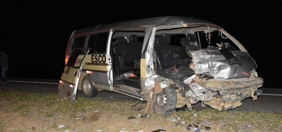Colisão entre carro e van deixa dois mortos e outros oito feridos na BR-116, em Conquista