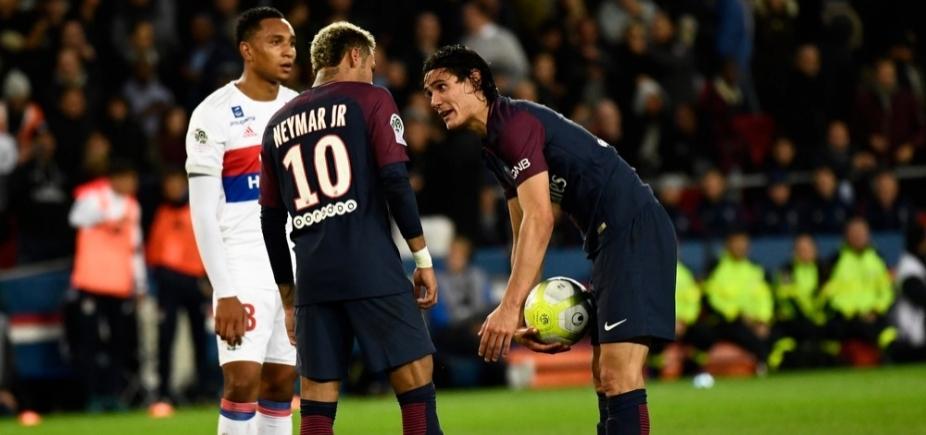 Disputa entre Neymar e Cavani por cobrança de pênalti gera polêmica na França; veja