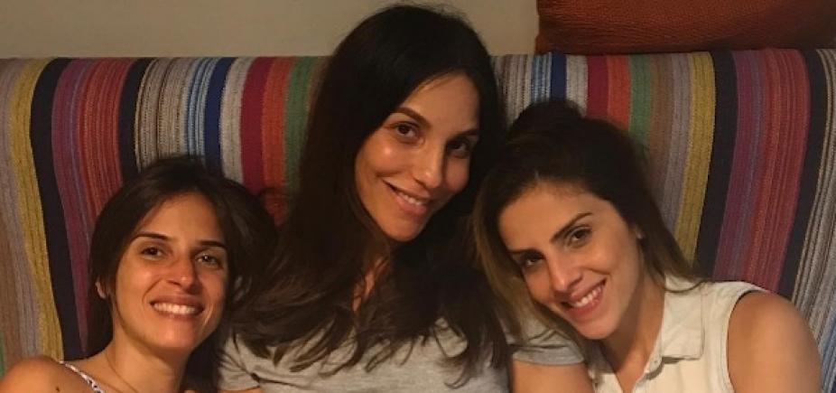 """Grávida de duas meninas, Ivete Sangalo é \""""paparicada\"""" pelas cunhadas; fotos"""