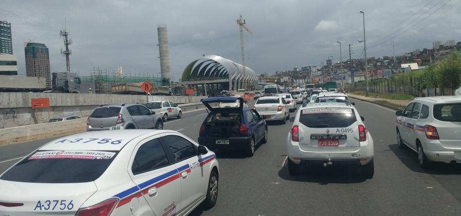 Taxistas se concentram para sair em carreata da Av. Acm até o CAB