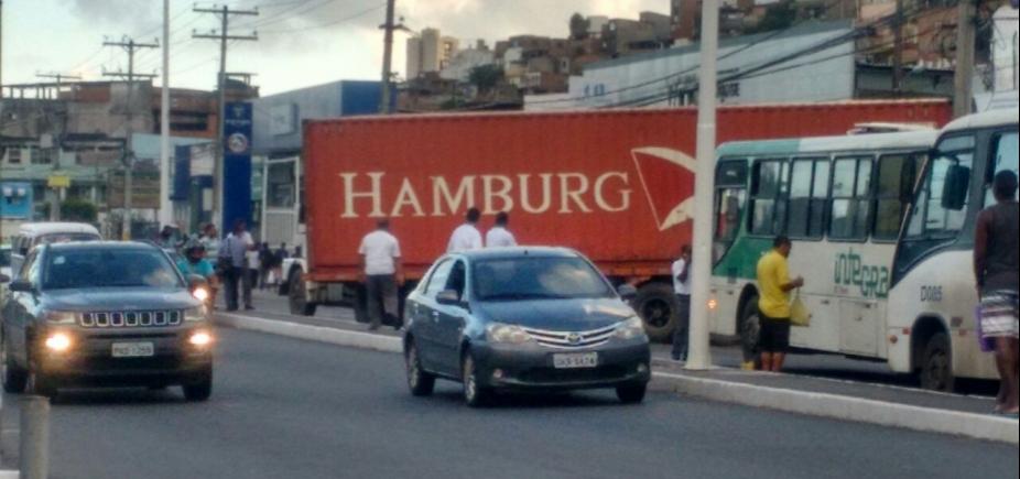 Carreta quebrada causa congestionamento intenso na Av. Barros Reis