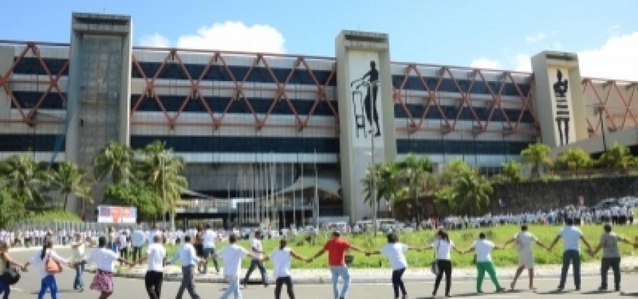"""Manifestantes promovem """"abraçaço""""contra transferênciado Centro de Convenções"""