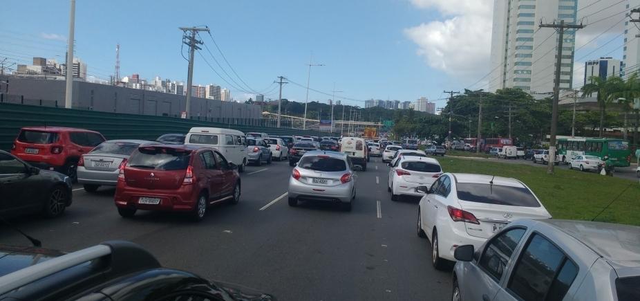 Grande fluxo de veículos complica trânsito em regiões de Salvador; confira