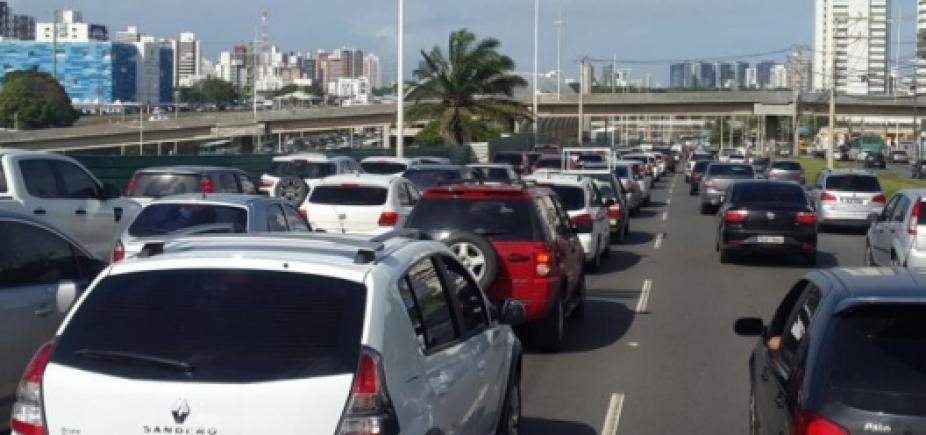 Manifestação na Av. Dorival Caymmi causa congestionamento desde Piatã