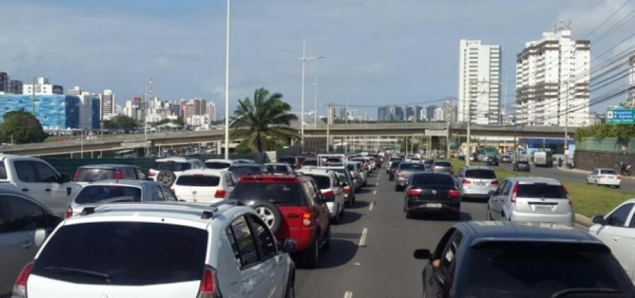 Microônibus quebra placa de concreto e congestiona ladeira do Saboeiro