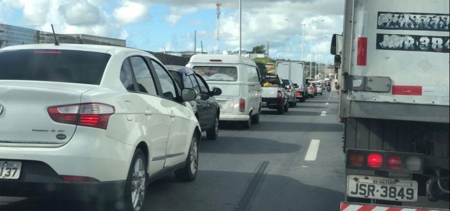 Acidentes causam congestionamento no Rio Vermelho e na BR-324 sentido Salvador