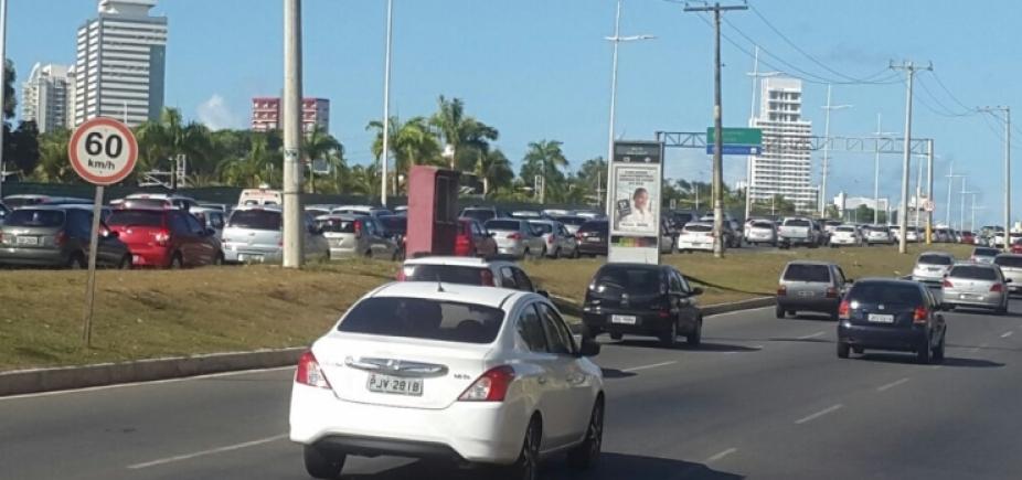 Motorista perde o controle do veículo e carro cai em córrego na Av. Jorge Amado