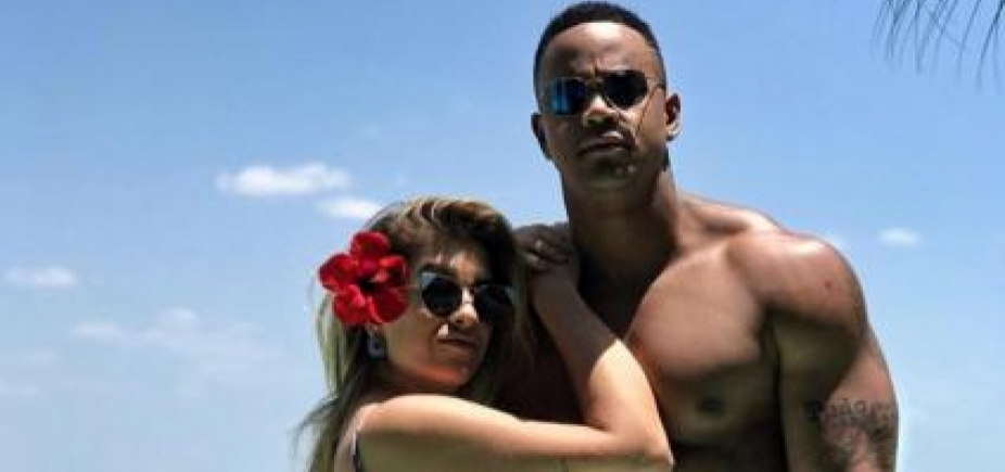 """De lingerie, Lore Improta pede Léo Santana em casamento e ele brinca: \""""Cê fica me enrolando\"""""""