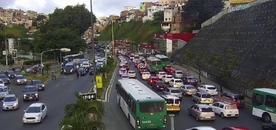 Acidente envolvendo motociclista e pedestre deixa trânsito travado no Dique do Tororó