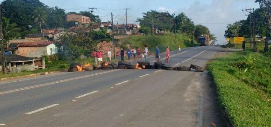 Manifestantes queimam pneus contra a retirada de lombadas na BA-093