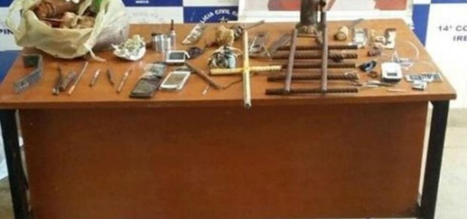 Agentes acham buraco dentro de cela e celulares em complexo policial de Irecê