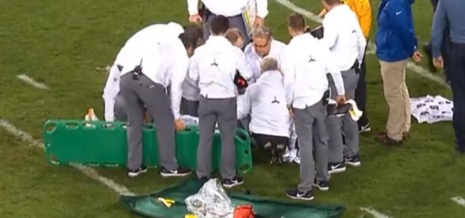 Jogador sofre pancada forte na cabeça, desmaia e é levado para hospital; vídeo