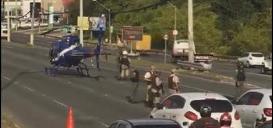 Helicóptero resgata vítima de acidente na Paralela; veja vídeo