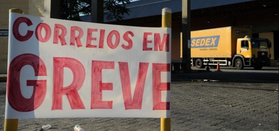 Sindicato dos trabalhadores dos Correios mantém greve e convoca ato para terça-feira