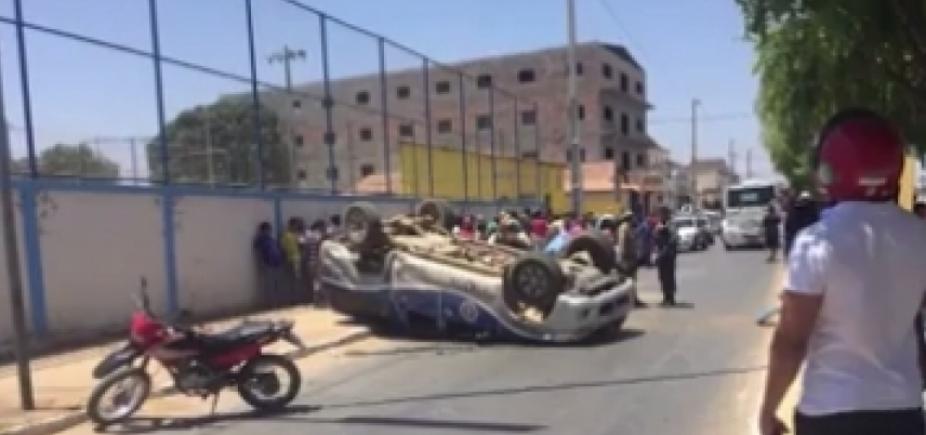 Viatura da PM tomba ao ser atingida por caminhonete em alta velocidade; dois se feriram