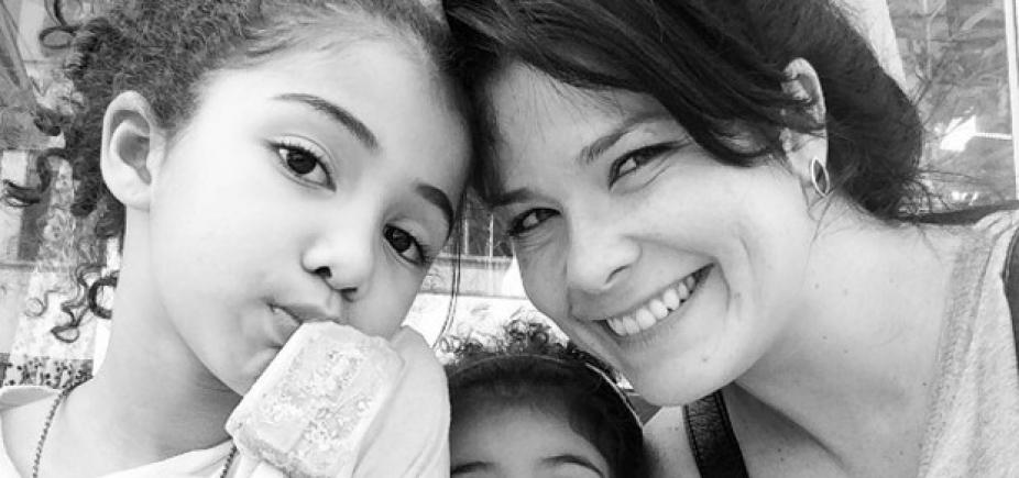 Samara Felippo posta foto dos cachos da filha, internauta critica e atriz rebate; confira
