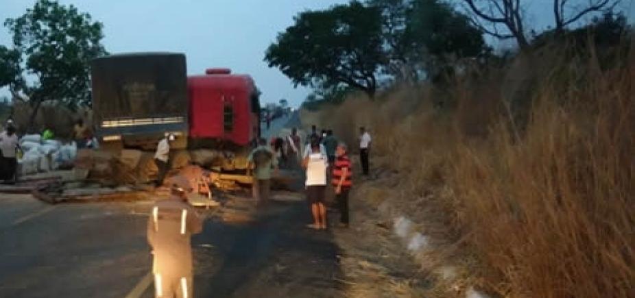 Colisão entre carretas deixa dois feridos na BR-020, em Luís Eduardo Magalhães