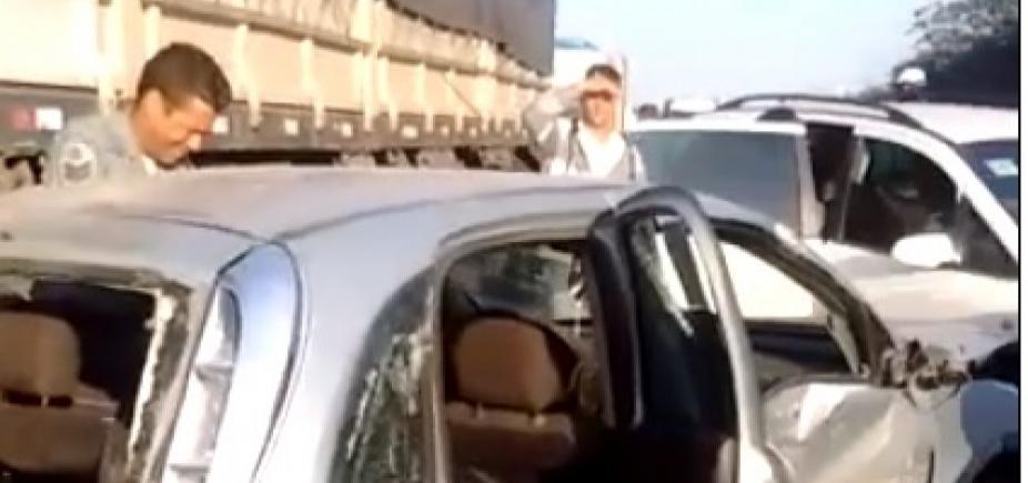 Colisão entre carreta e cinco veículos causa congestionamento na BR-324; vídeo