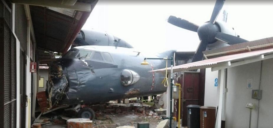 Avião da Marinha com 40 pessoas colide em base policial