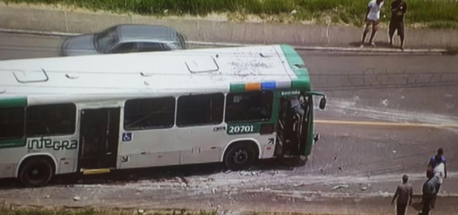 Ônibus bate em poste e deixa ao menos oito feridos em Cajazeiras
