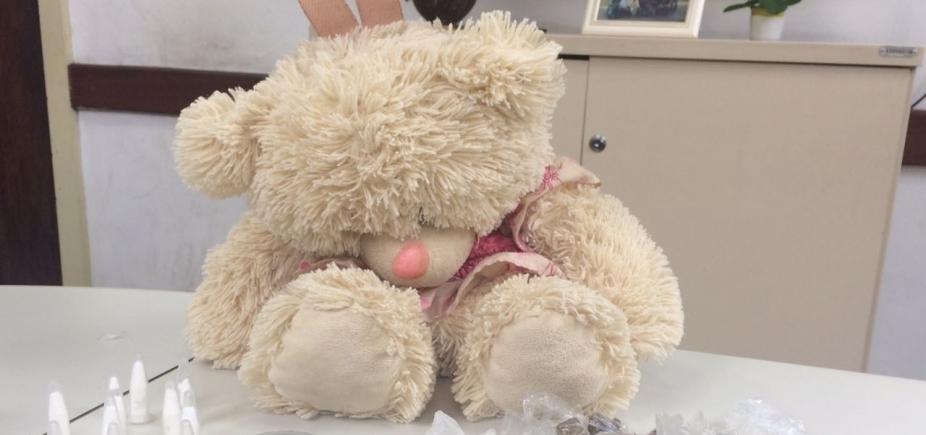 Polícia prende mulher com drogas escondidas em urso de pelúcia