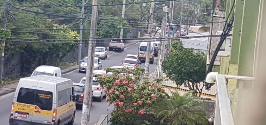 Troca de postes congestiona Rua Augusto Lopes Pontes, no Stiep; veja trânsito