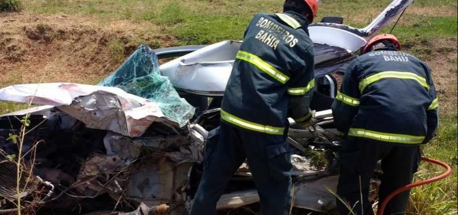 Motorista de carro morre após colisão frontal do veículo com caminhão