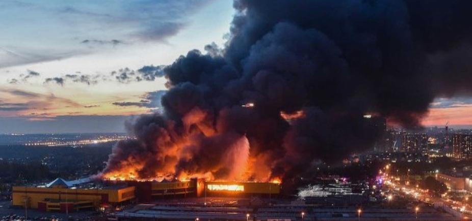 Mais de três mil pessoas são retiradas de shopping após incêndio em Moscou