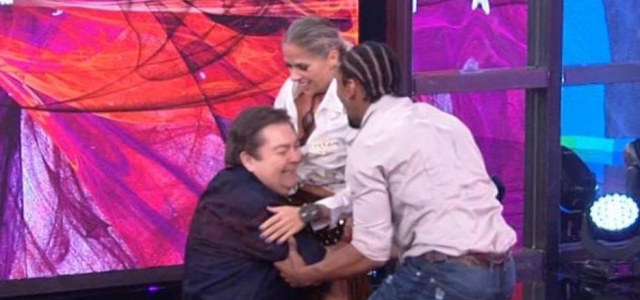 Adriane Galisteu derruba Faustão ao comemorar desempenho na Dança dos Famosos; assista