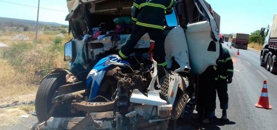 Colisão entre carreta e caminhão mata homem de 31 anos na BR-242