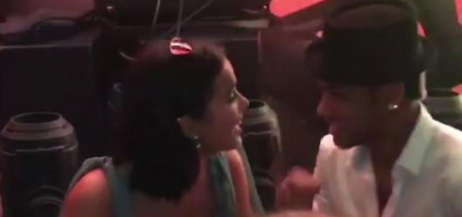 Beijaço de Bruna Marquezine e Neymar em casamento viraliza na web; assista