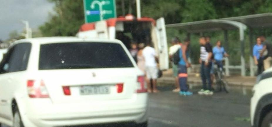 Motoristas enfrentam congestionamento na Estrada do Coco sentido Salvador